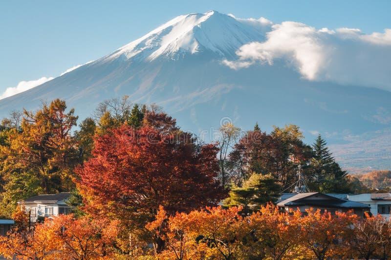 富士山视图在从一种手段的秋天在日本 库存图片