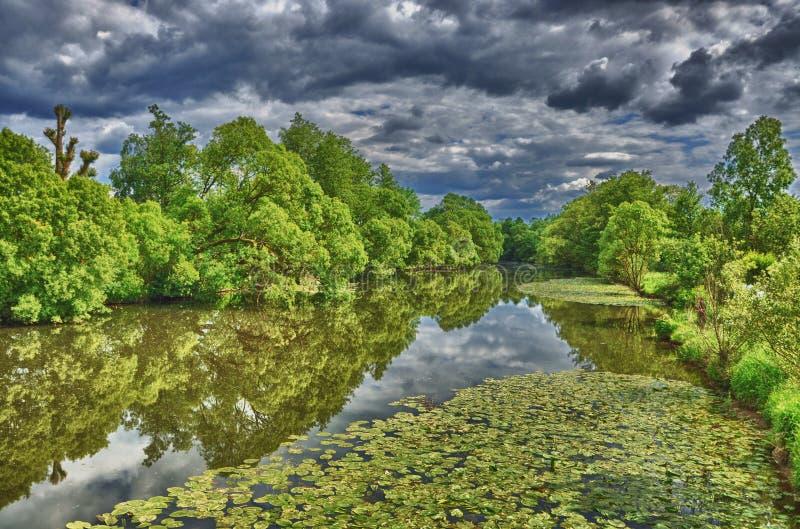 富尔达河在HDR Aueweiher公园在富尔达,黑森,德国 免版税库存图片