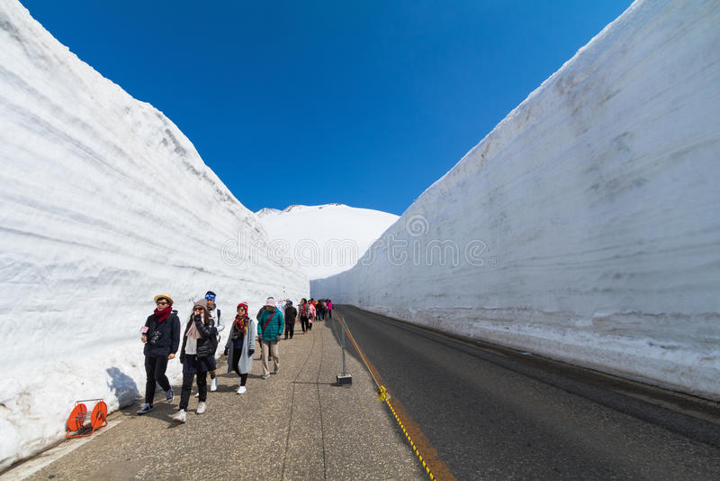走���,�+~K�_富山,日本- 2017年4月30日:人们在馆山k走. 途径, 晴朗.