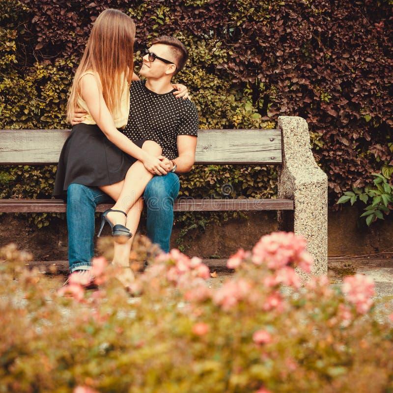 富感情的夫妇坐长凳 免版税库存照片