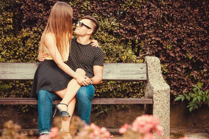 富感情的夫妇坐长凳 库存图片