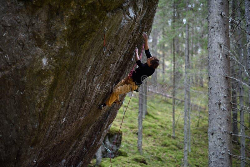 富挑战性上升的攀岩运动员 上升的极端 独特的冬季体育 斯堪的纳维亚本质 库存图片
