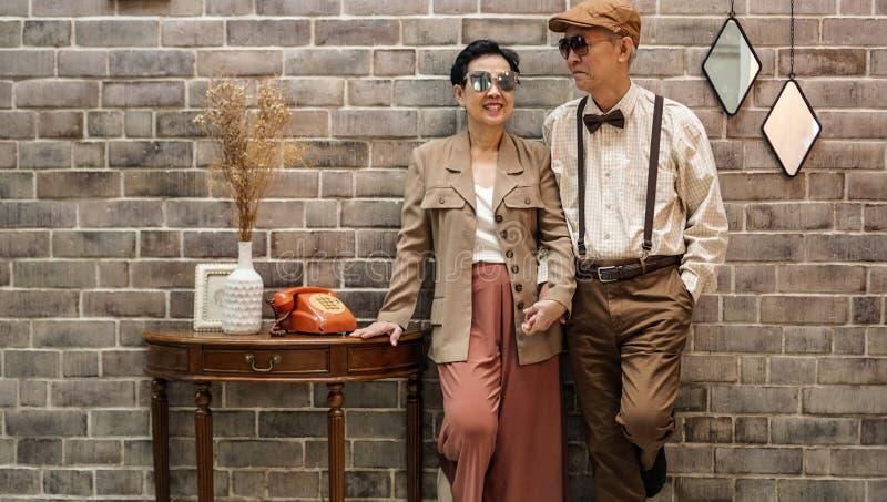 富有的亚洲资深夫妇葡萄酒时尚在豪华房子里 免版税库存照片