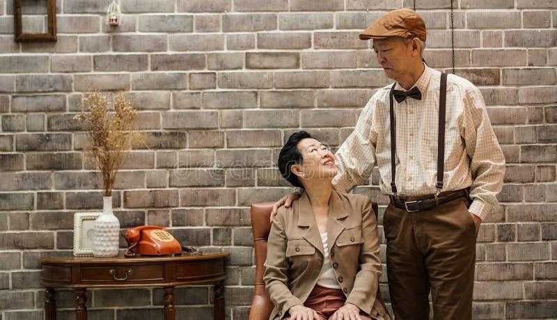 富有的亚洲资深夫妇葡萄酒时尚在豪华房子里 库存照片