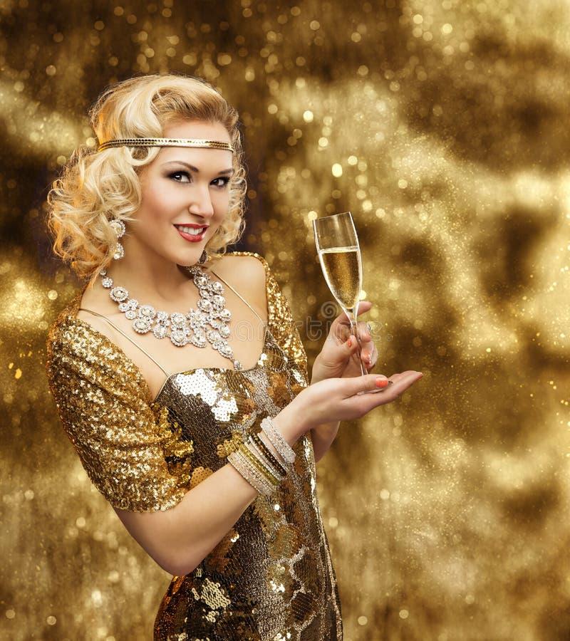 富有的妇女香宾玻璃,金礼服庆祝的减速火箭的夫人 免版税图库摄影
