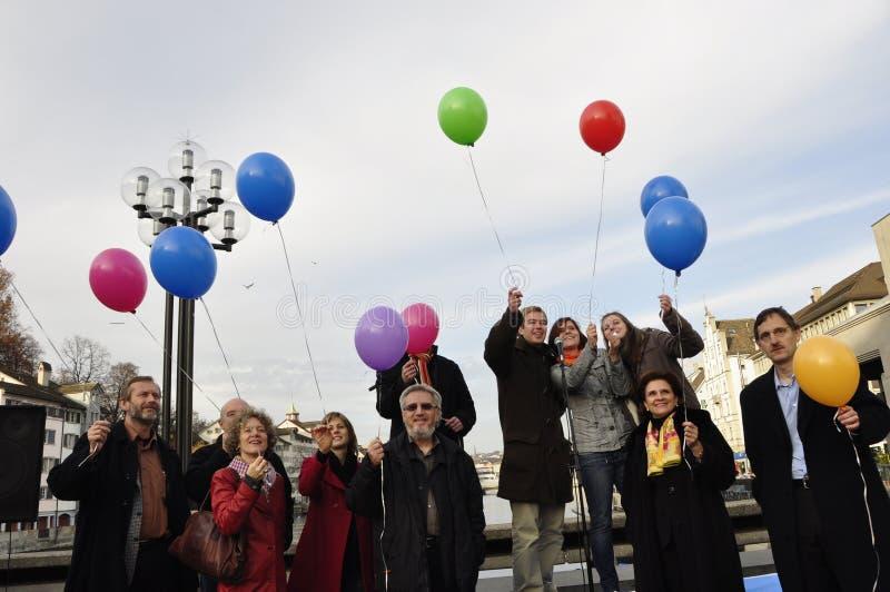 富有ZÃ的¼:反对SVP党反尖塔initiativ的抗议者 库存图片