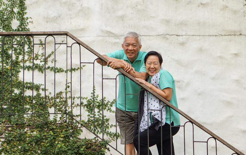 富裕的亚洲年长夫妇在夏天豪华假期假期 库存照片