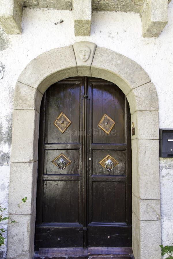 富裕的家的古老木门 免版税库存照片