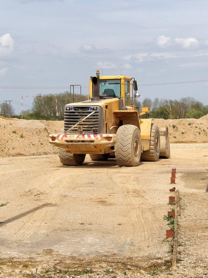 富豪集团在建造场所的前面装载者 免版税库存照片