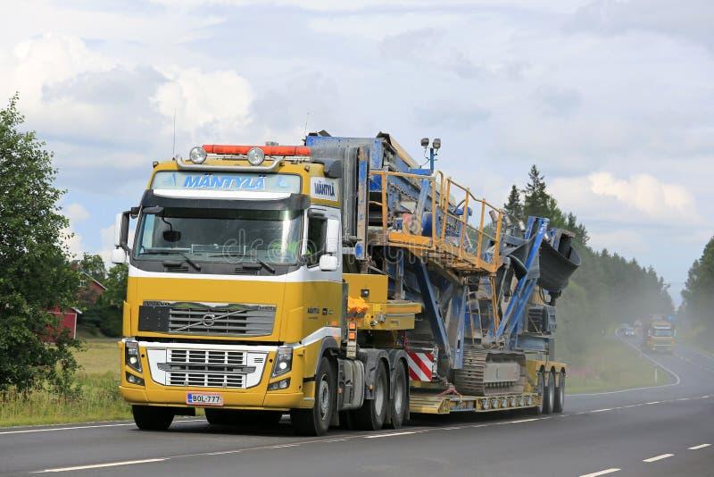 富豪集团FH运输沿高速公路的建筑机械 免版税库存照片