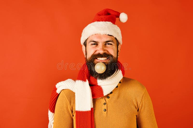 寒假和装饰概念 圣诞老人项目拿着金黄球 免版税库存图片