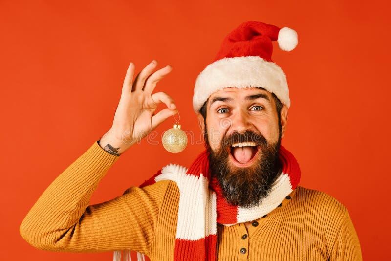 寒假和装饰概念 圣诞老人项目拿着金黄球 图库摄影