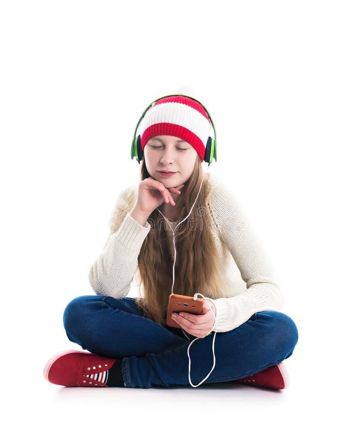 寒假圣诞节的幸福 少年概念-红色帽子的微笑的年轻女人有智能手机的和 免版税图库摄影