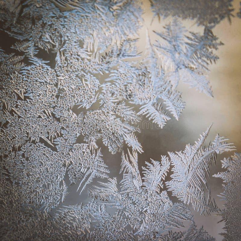 寒假季节幻想世界概念:与拷贝空间的冷淡的玻璃窗天然冰样式的五颜六色的宏观图象 库存照片