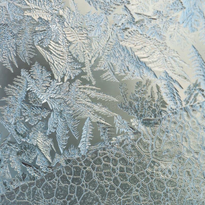 寒假季节幻想世界概念:与拷贝空间的冷淡的玻璃窗天然冰样式的宏观图象 免版税库存照片