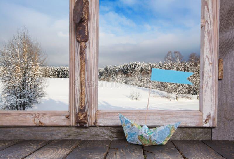 寒假旅行家概念:与风帆b的木窗口基石 库存图片