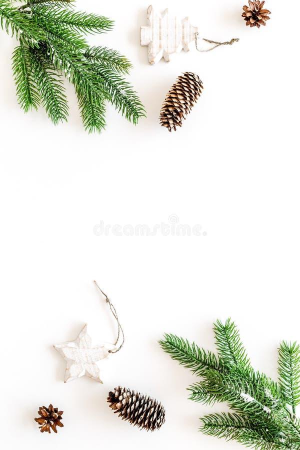 寒假概念的装饰 圣诞节新年度 云杉的分支、锥体和玩具在白色背景顶视图 免版税图库摄影