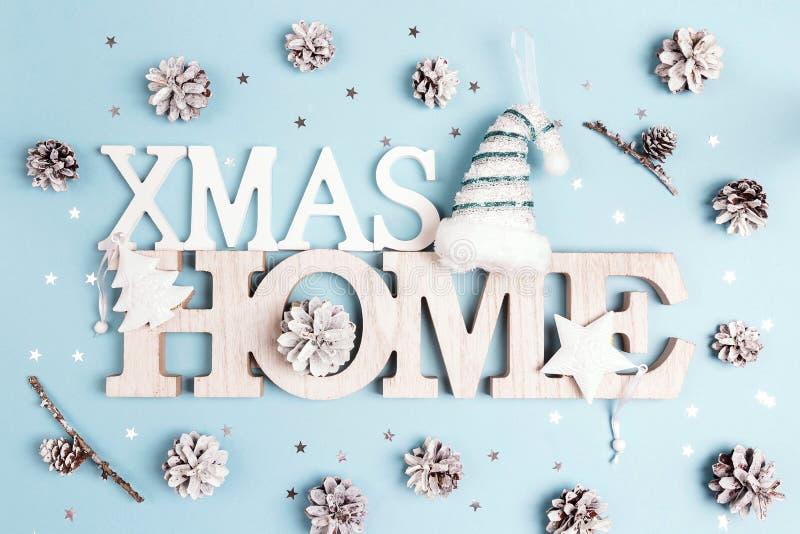 寒假题为有雪的xmas家绘了杉木锥体和 库存照片