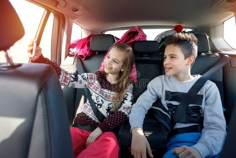 寒假,滑雪,旅行-享用在旅行的孩子到滑雪 库存照片