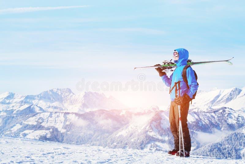 寒假,滑雪在山的滑雪道 免版税库存照片