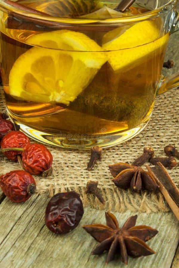 寒冷和流感的自然治疗 姜柠檬蜂蜜大蒜和野玫瑰果茶反对流行性感冒 寒冷的热的茶 家庭药房 图库摄影