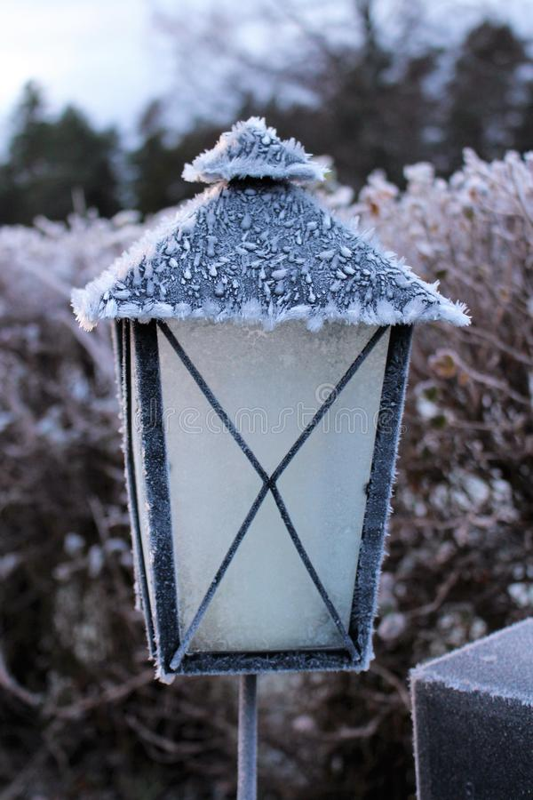 寒冷的一天在公墓蜡烛 库存照片