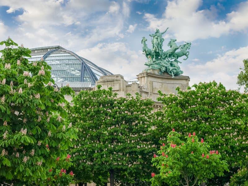寓言的雕象和伟大的宫殿有圆顶屋顶在巴黎 免版税库存图片