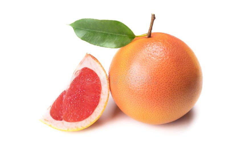 对、切片和整个葡萄柚与在白色隔绝的绿色叶子与阴影 免版税库存照片