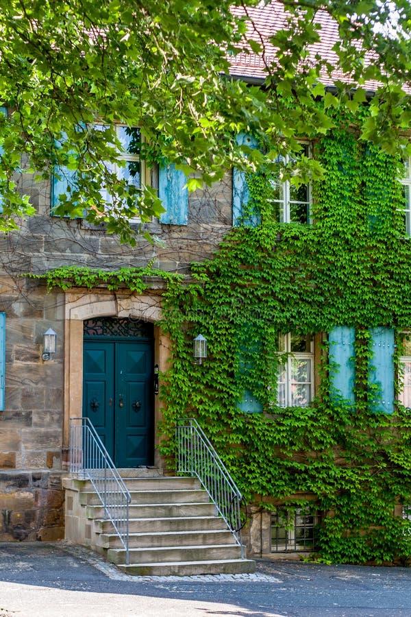 对一个历史的砂岩大厦的楼梯 免版税库存照片