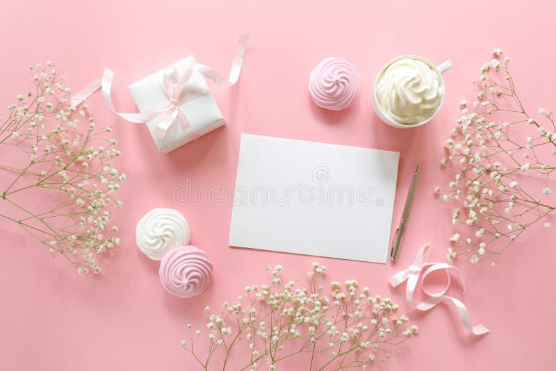 对一个婚礼或问候与婚姻,在白色桃红色颜色的洗礼仪式的邀请与文本的,平的位置空间 免版税图库摄影