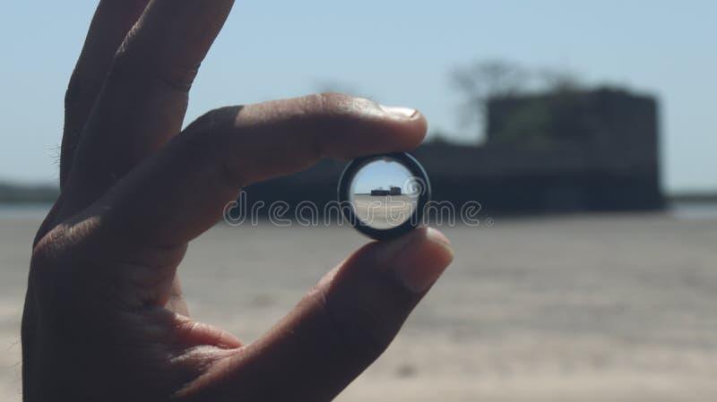 对一个孤立堡垒的宽透视在海 库存照片