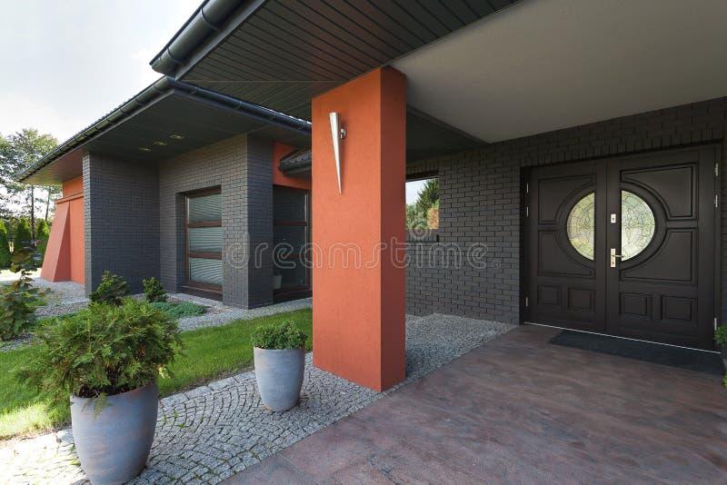 对一个巨大的房子的入口 免版税库存图片
