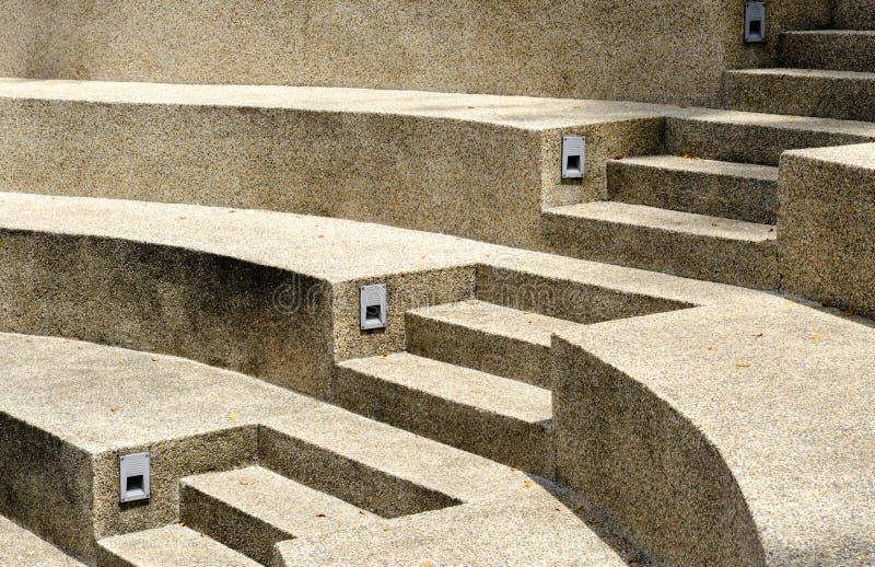 对一个现代样式具体楼梯视图的旁边透视 库存图片