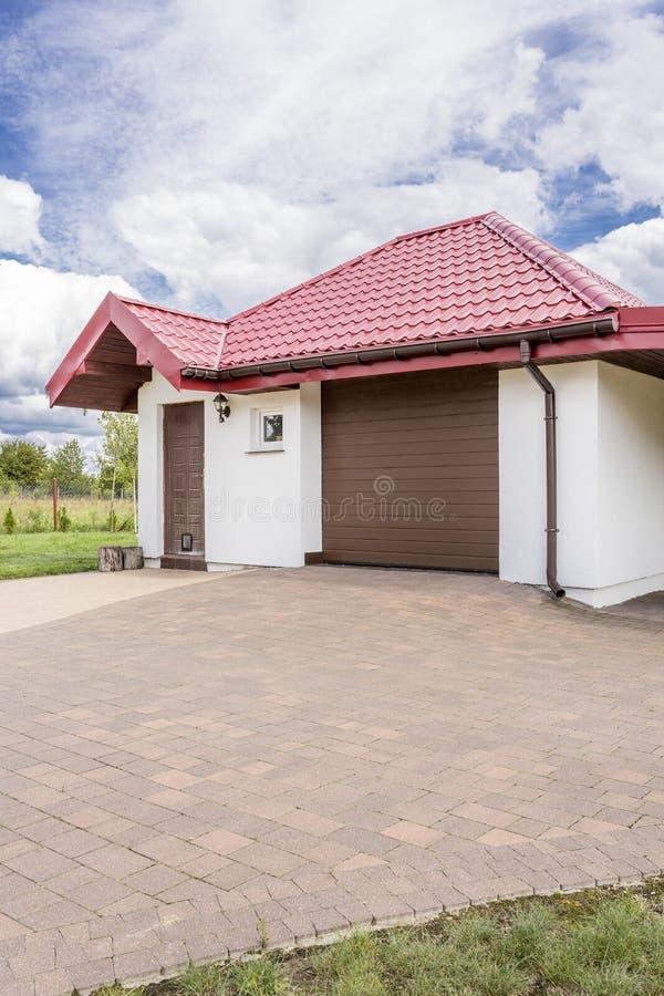 对一个美好的房子想法的鹅卵石车道 免版税库存图片