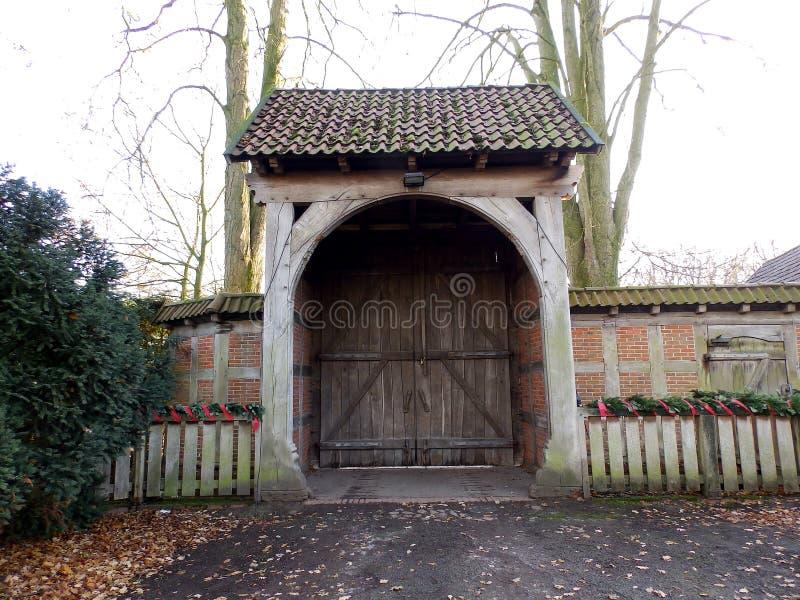 对一个老历史的种田的村庄的入口门 库存照片