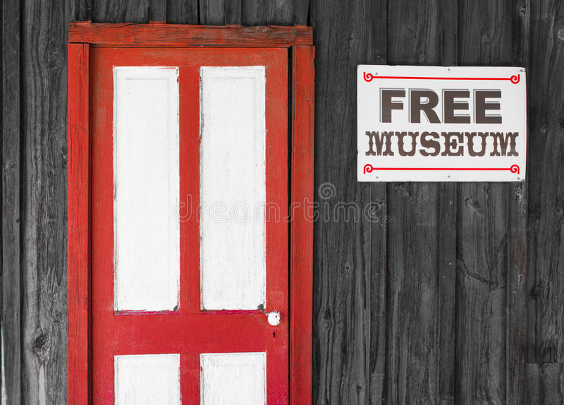 对一个自由博物馆的土气红色和白色门 免版税库存照片
