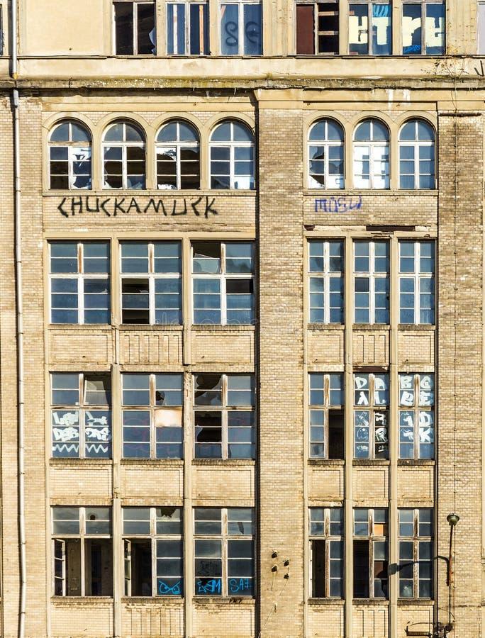 对一个demlition房子的门面的看法在柏林 库存图片
