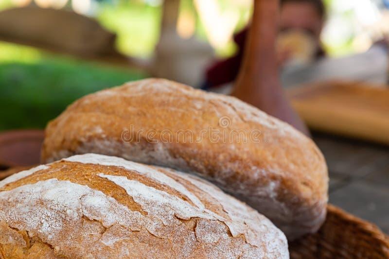 对一位可口自然面包师的街道柜台的新鲜的圆的面包特写镜头 免版税图库摄影