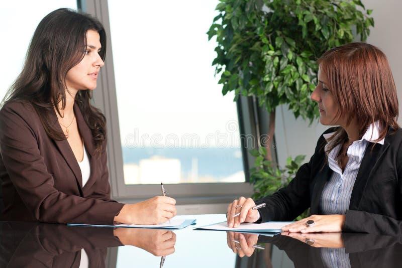 对一名女性雇员的评估在办公室 免版税库存照片