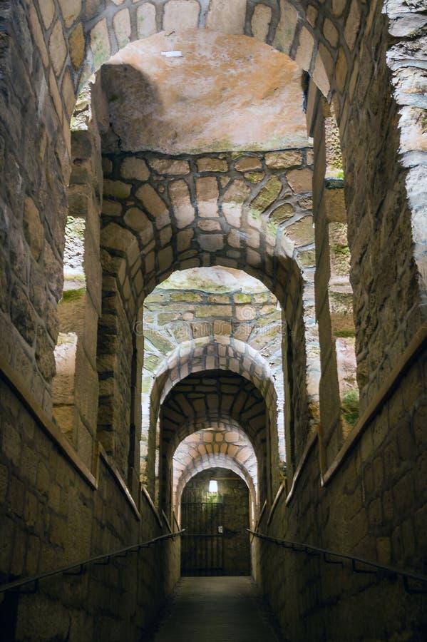 对一座古老城堡的石走廊道路方式 免版税库存图片