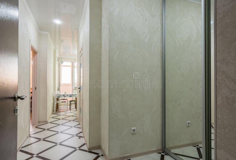 对一栋室公寓的入口,内部 库存图片