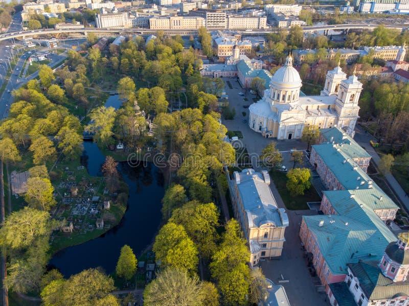对三位一体亚历山大・涅夫斯基修道院的埃拉尔铝合金视图 与一个正统修道院,一个新古典主义的大教堂的建筑复合体 库存图片