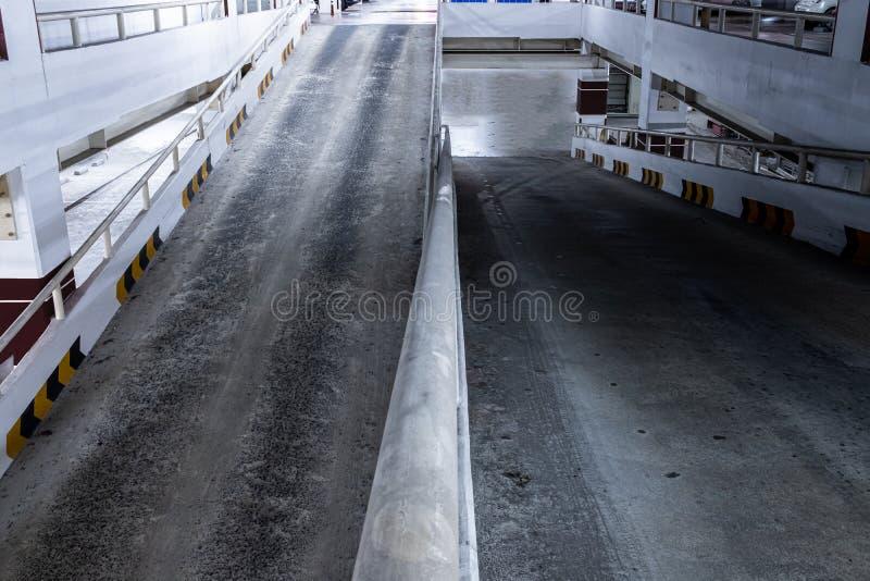 对上上下下地下停车场的舷梯 免版税图库摄影