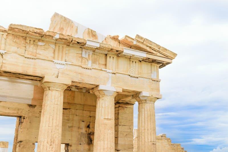 对上城的Propylaea巨大的门户在雅典 免版税图库摄影