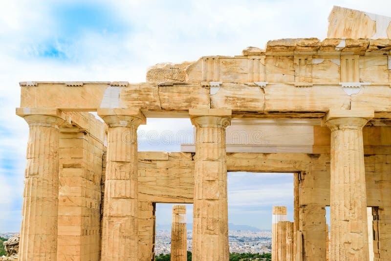 对上城的Propylaea巨大的门户在雅典 免版税库存照片