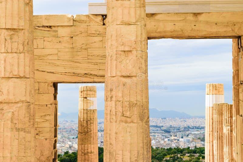 对上城的Propylaea巨大的门户在雅典 库存图片