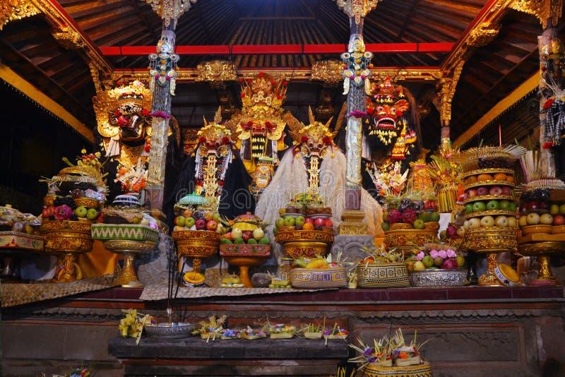 对上帝的礼物在寺庙的巴厘语地方仪式期间 库存照片