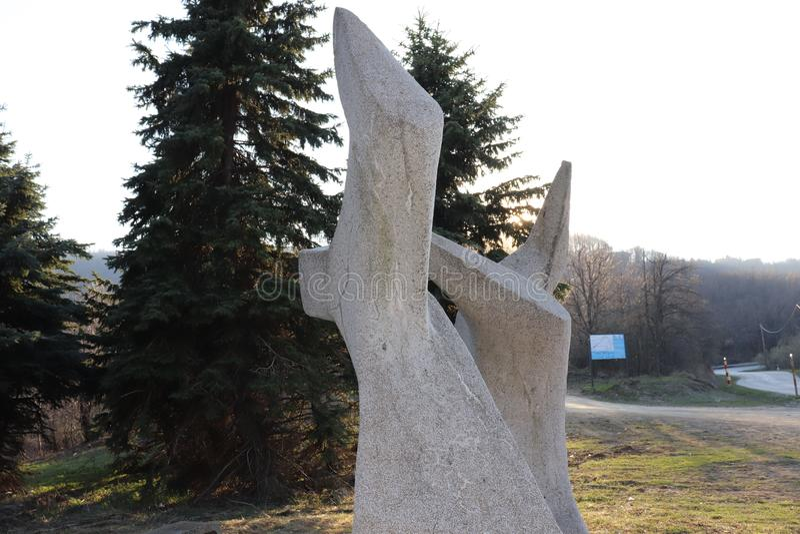 对下落的战士的一座纪念碑在山的二战的 库存照片