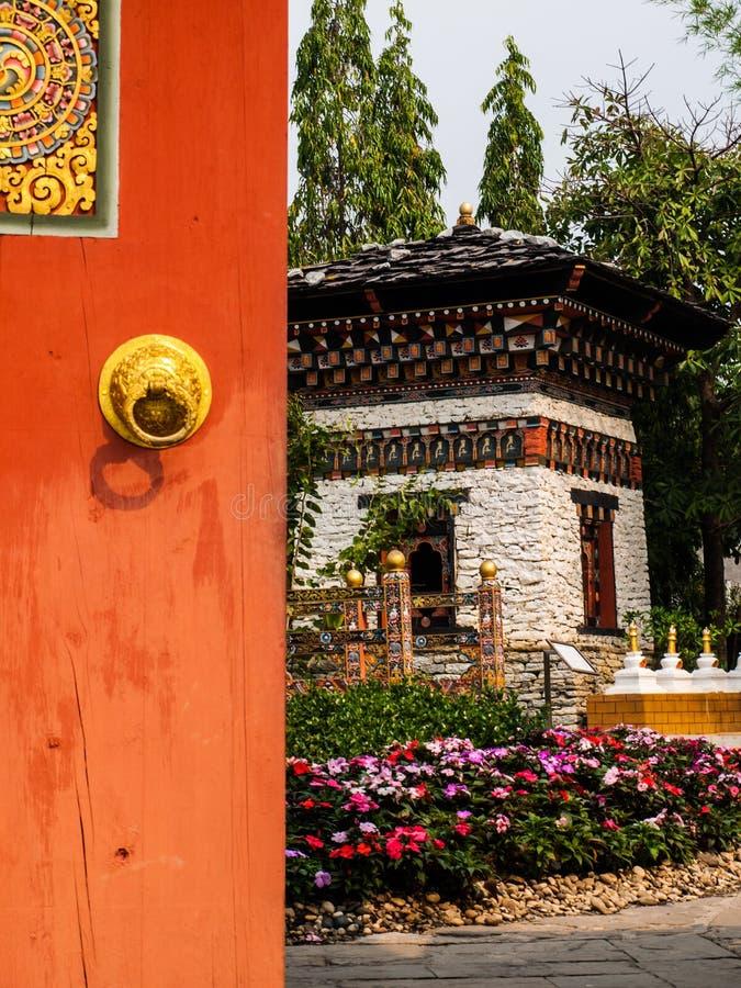 对不丹庭院的被打开的木门 库存照片