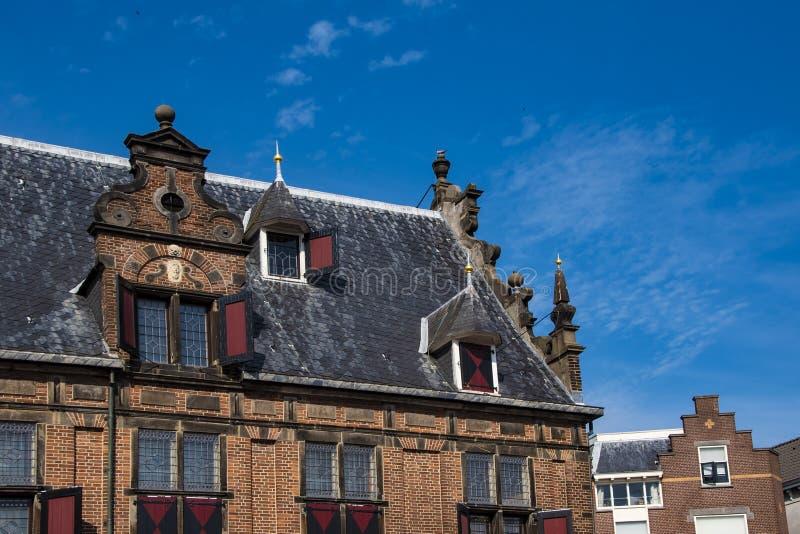 对与主要Sint Stevenskerkhof St史蒂文斯教会连接的一个老大厦的门面在荷兰城市的中心  免版税库存照片
